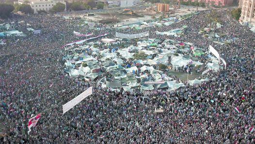 EN EL CORAZON DE EL CAIRO. LA PLAZA TAHRIR, COLMADA AYER. EN EL CENTRO SE AGOLPAN LAS CARPAS DE LOS QUE SE QUEDAN HASTA LA CAIDA DEL REGIMEN. MUSULMANES Y CRISTIANOS REZAN JUNTOS.