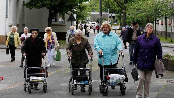 Un grupo de jubilados abandonan su residencia en Colonia, Alemania, tras el hallazgo de una bomba de la II Guerra Mundial./Reuters