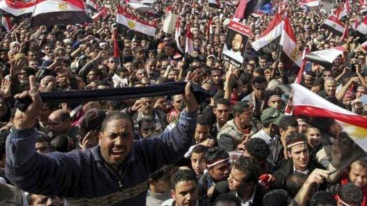 FESTEJOS. En la plaza Tahrir (Liberación en árabe) por la renuncia de Hosni Mubarak. (EFE)