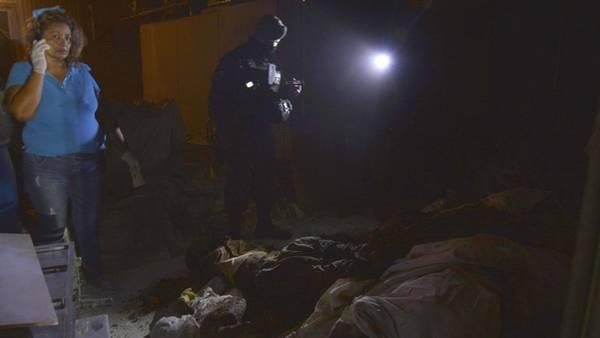 Policías ministeriales y expertos forenses en el sitio donde fueron hallados un total de 61 cadáveres en un crematorio abandonado en el balneario mexicano de Acapulco. (AFP)