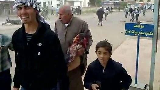 REPRESION. Un chico de 10 años, herido gravemente, es llevado por sus familiares a un hospital. (Imagen TV-AFP)