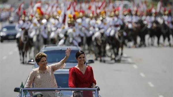 Dilma Rousseff saluda a la multitud en su camino hacia el Congreso, junto a su hija Paula Rousseff Araujo./ AP