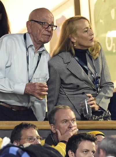 Rupert Murdoch y la ex de Mick Jagger, Jerry Hall, en una foto de octubre de 2015. / AFP