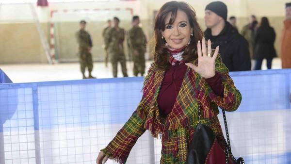 Balotaje. Vota Cristina Fernández de Kirchner en Río Gallegos. (David Fernandez/enviado especial)