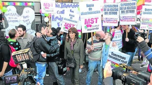 Beso a beso. Ayer, decenas de militantes repudiaron la homofobia.