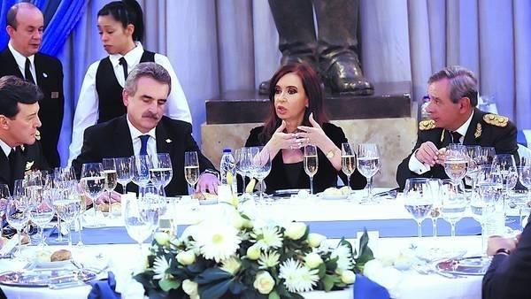 Cristina, el año pasado, en la cena de camaradería de las FF.AA. con Milani y Rossi
