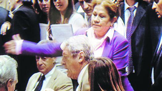 PASO A PASO. EL DIPUTADO CARLOS KUNKEL ALUDIO A UNA FRASE DE LUIS BARRIONUEVO, ESPOSO DE GRACIELA CAMAÑO. LA DIPUTADA LO HIZO GIRAR EN SU ASIENTO Y LE PEGO UNA CACHETADA.