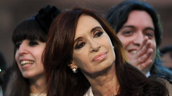 Hijos. Máximo y Florencia Kirchner aparecen por primera vez en el directorio de la empresa titular de uno de los hoteles de la Presidenta que investiga la Justicia. /AFP