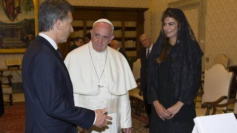 Argentina's president Mauricio Macri and his wife Juliana Awada talk with Pope Francis during a private audience at the Vatican, Saturday, Feb. 27, 2016 (Claudio Onorati/pool photo via AP) vaticano roma italia papa francisco mauricio macri juliana awada visita oficial del presidente argentino reunion del mandatario argentino con el papa regalos sumo pontifice reunido con mandatario primera dama