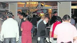 RESCATE. Bomberos y socorristas trabajaban anoche en el supermercado de la capital neuquina./ Diario Río Negro.