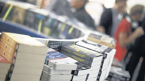 Lejos de las librerías. Todos los textos llegados al país, por avión o por barco, de a miles o de a uno, están siendo retenidos por la Aduana argentina.