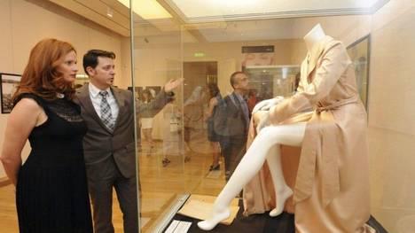 """Una bata utilizada por Marilyn Monroe en la película """"Los Caballeros las Prefieren Rubias"""" expuesta en una muestra dedicada a la actriz en Budapest. (EFE)"""