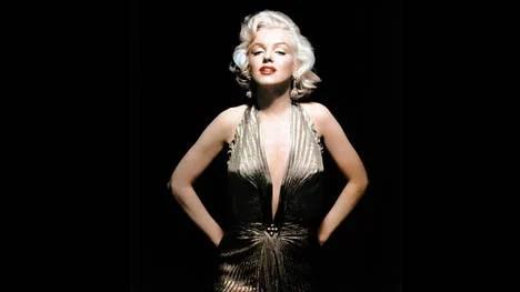"""Marilyn Monroe usando el vestido de lamé con círculos de oro, icónico de """"Los hombres las prefieren rubias"""". (AP)"""