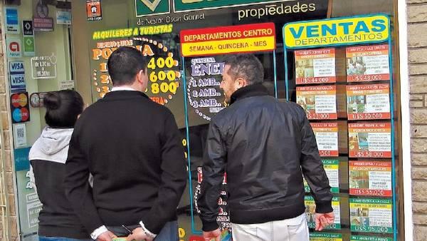 Para ir sacando cuentas. Los turistas que llegaron ayer a Mar del Plata por el fin de semana largo aprovecharon para ver precios. / fabián gastiarena