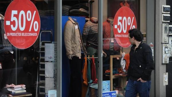 Juego de seducción. Los negocios sacan ofertas cada vez más agresivas para captar la atención de los compradores. La mayoría sólo compra si hay descuento. GUILLERMO RODRIGUEZ ADAMI