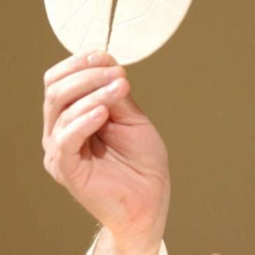 …nelle mani del sacerdote