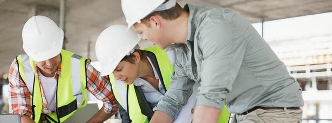 Bausarbeiter studieren Baupläne