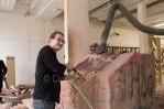 Alla scuola di scultura dove i giovani lavorano la pietra arenaria, tipica della zona