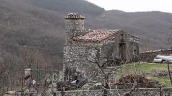 Una costruzione in pietra, tipica del paesino di montagna