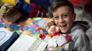 """Un bambino ospite di una """"Casa del Sorriso"""" del Cesvi in Italia"""