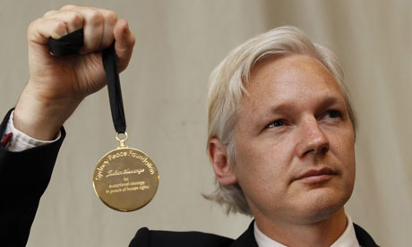 https://i1.wp.com/www.clasesdeperiodismo.com/wp-content/uploads/2011/05/Julian-Assange-holds-up-h-006.jpg