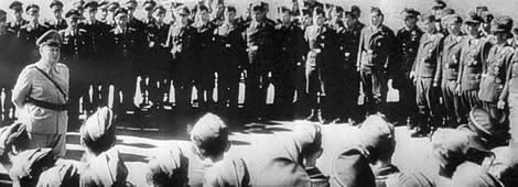 Göring imparte instrucciones a los aviadores