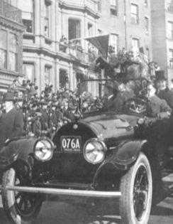 El presidente Woodrow Wilson montó en un Cadillac serie de 53, del año 1916, por las calles de Boston durante el Desfile de la Victoria tras la Primera Guerra Mundial de 1919.