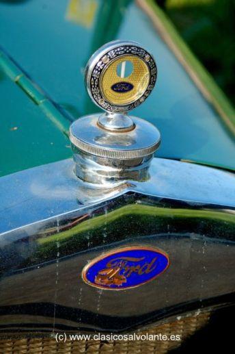 El famoso emblema ovalado de fondo azul que identifica a Ford y radiador termómetro del agua de refrigeración del motor.