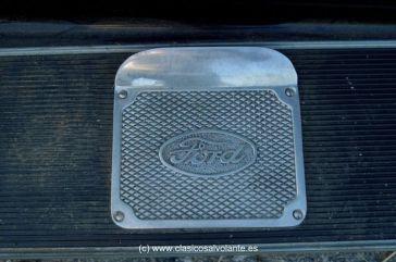En cada estribo hay una plancha como esta, pensada para limpiarse la suela de los zapatos antes de subir al vehículo.