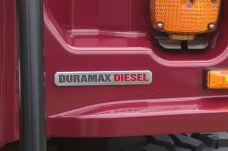Encontramos un distintivo de Duramax en la esquina delantera de la carrocería, por el lado del conductor, rodeado por una defensa delantera con nuevo diseño.