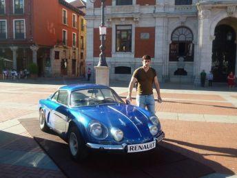 Nuestro colaborador Iván y un Renault Alpine A110.
