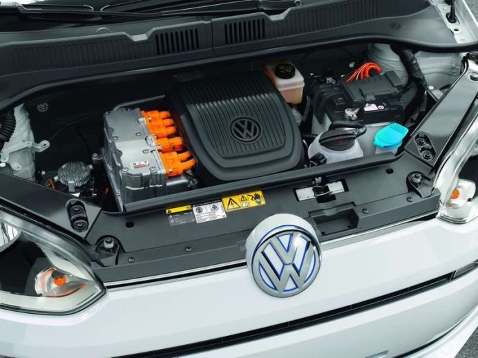 El motor eléctrico del e-up!, un motor síncrono similar al del e-Golf, ofrece una potencia de 60 kW / 82 CV y transfiere un par de 210 Nm al eje delantero desde el ralentí.