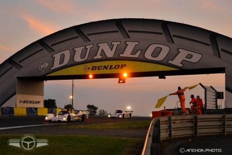 Un Peugeot 905 pasando por debajo del mítico puente Dunlop