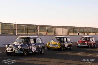 Tres Minis a punto de comenzar su tanda en el circuito.