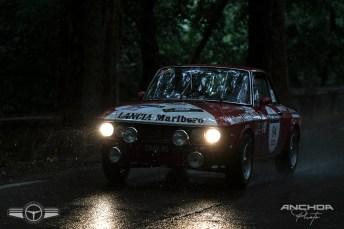 El Lancia Fulvia HF de 1972 en pleno aguacero. Acabó siendo el campeón en regularidad