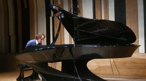 Artistul Boganyi Gergely, inventatorul unui pian din fibră de carbon, va concerta la Sfântu Gheorghe