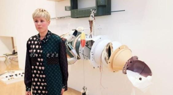 Artista londoneză Helen Marten a câștigat prestigiosul premiu Turner, dedicat artei contemporane