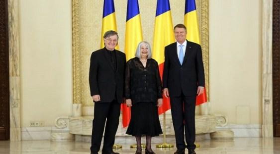 Scriitoarea Nora Iuga şi actorul Ion Caramitru, decoraţi la Cotroceni de preşedintele Klaus Iohannis