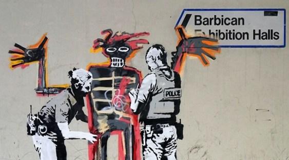 Două graffiti-uri ale artistului Banksy au apărut pe zidul Centrului de artă Barbican din Londra