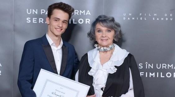 """Margareta Pâslaru i-a oferit actorului Ștefan Iancu, din """"Un pas în urma serafimilor"""", premiul pentru originalitate interpretativă"""