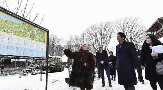 Premierul Japoniei, Shinzo Abe, a vizitat Muzeul Satului, unde s-a interesat de cultul ortodox şi de pictura pe lemn