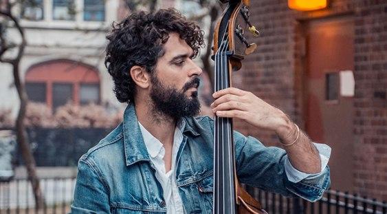 Muzicianul grec Petros Klampanis susține un workshop gratuit de contrabas la Teatrelli