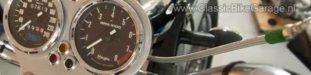 De tellers van de Triumph T140 Bonneville in hun custom houder