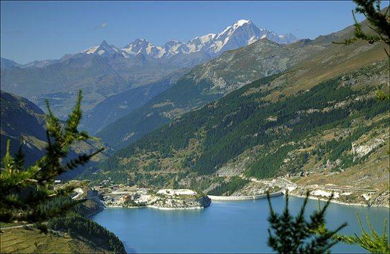 Lac du Chevril et barrage depuis la Croix de Combefolle. Au fond, le Mont Blanc