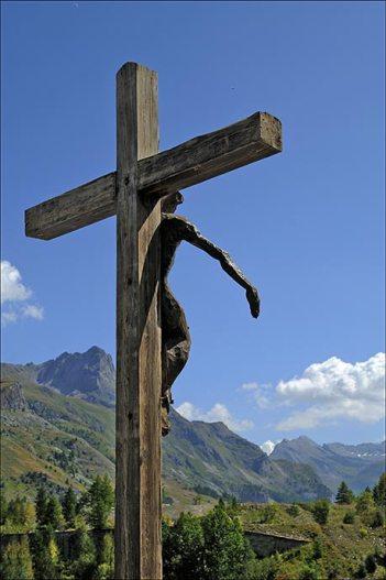 Le Christ de Tignes 1800, regarde le village englouti et accueille les visiteurs