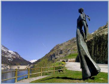 "La Dame du Lac, dite ""La Sarrazine"", regarde le village englouti"