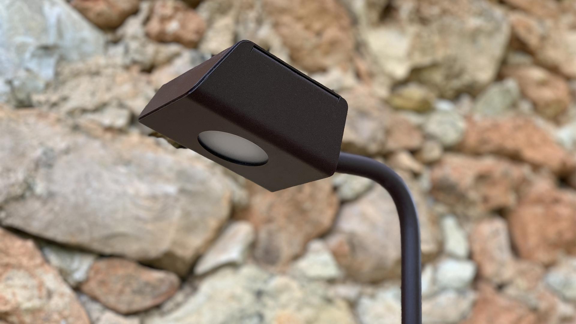 KOKON est un luminaire extérieur à LED basse consommation. Fabriqué en acier rouille Corten, le luminaire extérieur KOKON se décline en applique murale, en borne extérieure et en spot extérieur. KOKON offre un condensé de lumière et un éclairage performant. Idéal pour l'éclairage de jardin, l'éclairage de végétaux, le balisage d'allées, l'éclairage de chemins. Comme tous les luminaires d'extérieur LYX Luminaires, la lampe extérieure KOKON est de conception et fabrication française.