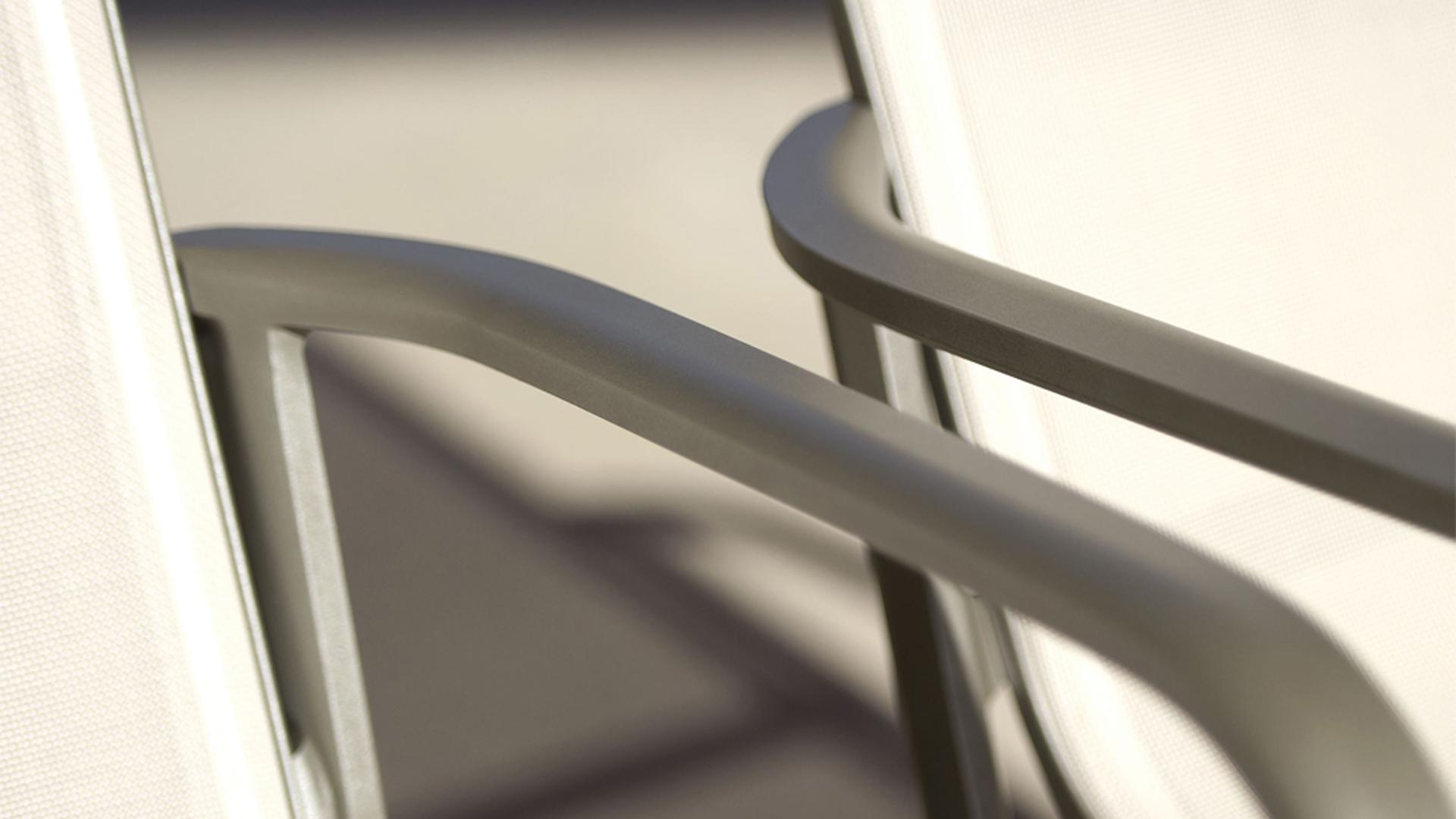 Le siège extérieur HEGOA possède une structure en aluminium original avec assises en batilyne® galbées. Ce fauteuil d'extérieur offre ergonomie et confort exceptionnel. Les fauteuils HEGOA s'adaptent à tout type d'extérieur et d'environnement. Un siège idéal pour l'ameublement extérieur, ameublement de restaurants, mobilier pour hotels.