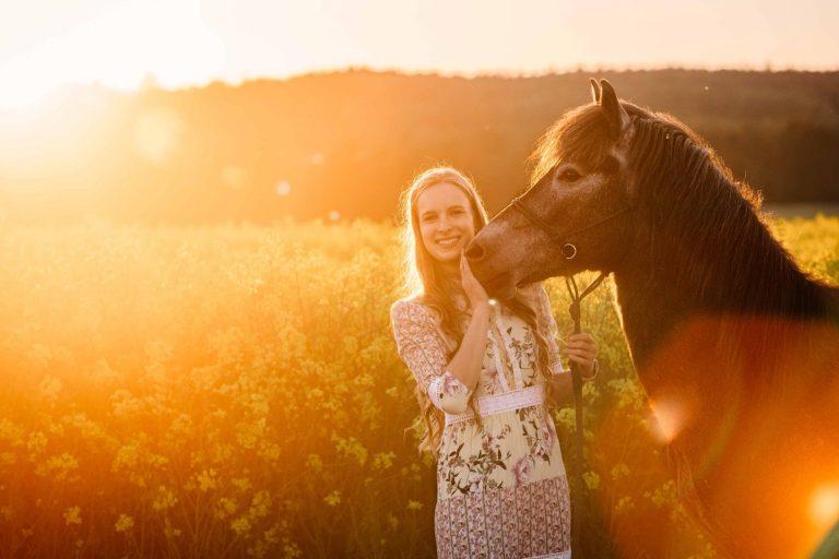 Fotoshooting mit Pferd und Reiterin bei Sonnenuntergang im Sommer bei Dietfurt an der Altmühl, Breitenbrunn, Beilngries, Berching, Neumarkt in der Oberpfalz, Roth, Alleresberg, Freystadt, Fotograf, Fotoshooting, Portraitshooting, Pferdeshooting, Tierfotograf