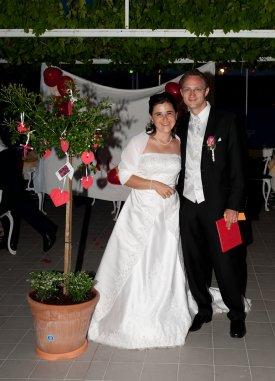 Claudia und Mathias mit ihrem neuen Rosenbaum